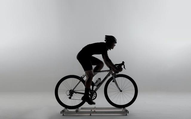 Ciclista haciendo rodillo en casa