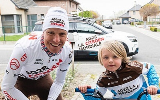 Michael Schär, descalificado del Tour de Flandes por lanzar un bidón al público.