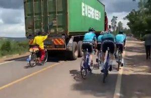 adelanta un equipo profesional agarrado a un camion