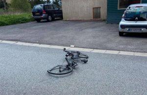 Bici Tom Pidcock destrozada en dos