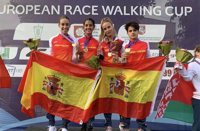 The girls of the 20km march, posing with the Spanish flag / RFEA