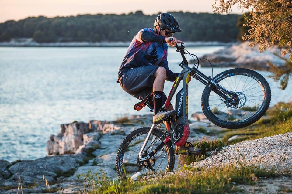 bicicleta electrica MTB manejo bajada