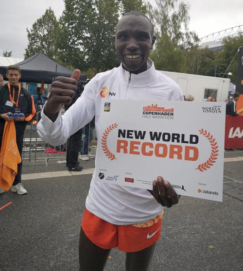 "Geoffrey Kamworor half marathon record ""width ="" 500 ""height ="" 558 ""srcset ="" https://www.sport.es/labolsadelcorredor/wp-content/uploads/2019/09/Geoffrey-Kamworor-record.jpg 500w, https://www.sport.es/labolsadelcorredor/wp-content/uploads/2019/09/Geoffrey-Kamworor-record-376x420.jpg 376w ""sizes ="" (max-width: 500px) 100vw, 500px"