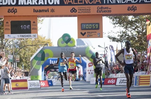 "Chiki Pérez, entering the finish line in Valencia / Valencia Half Marathon ""width ="" 640 ""height ="" 420"
