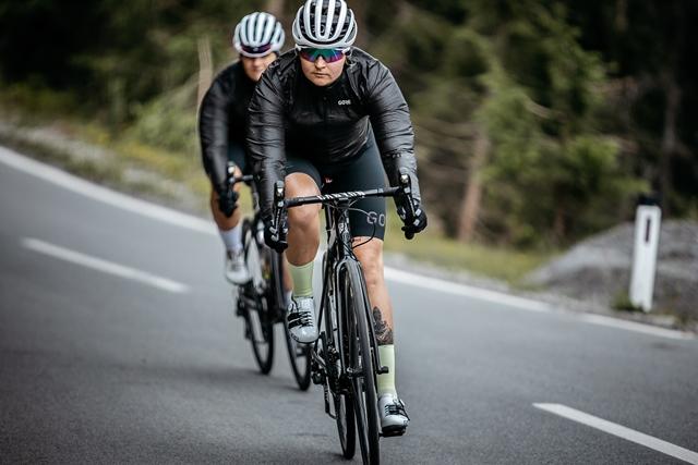 "cycling raincoat or windbreaker ""width ="" 640 ""height ="" 427 ""srcset ="" https://www.sport.es/labolsadelcorredor/wp-content/uploads/2020/06/chubasquero-ciclismo.jpg 640w, https: / /www.sport.es/labolsadelcorredor/wp-content/uploads/2020/06/chubasquero-ciclismo-630x420.jpg 630w ""sizes ="" (max-width: 640px) 100vw, 640px"