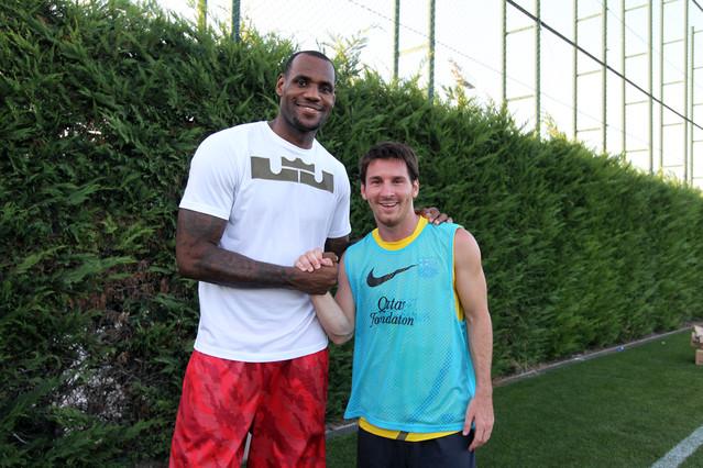 LeBron, con la plantilla del FC Barcelona FCBARCELONA.CAT