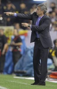 El entrenador portugués del Real Madrid, José Mourinho, da instrucciones a sus jugadores