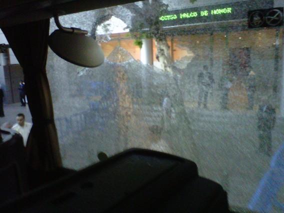 A la llegada al estadio, el autobús de los directivos del Barça fue el objetivo de un grupo de seguidores blancos