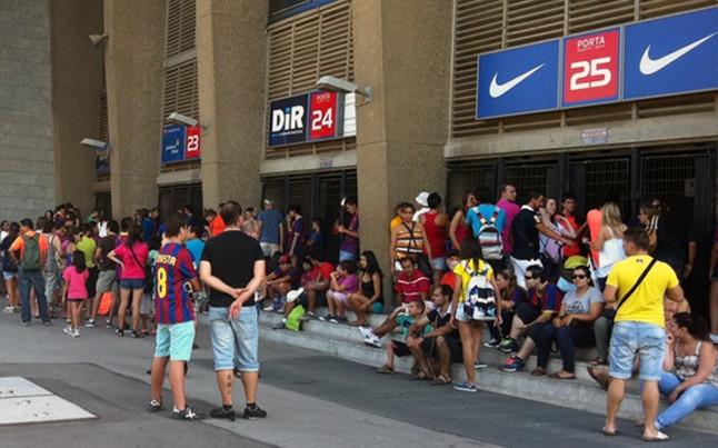 La afición se agolpa a las puertas del Camp Nou para recibir a Cesc | @rogersaperas